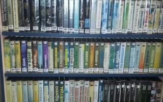 Foto da estante com parte do acervo da Coleção de vídeos (VHS)